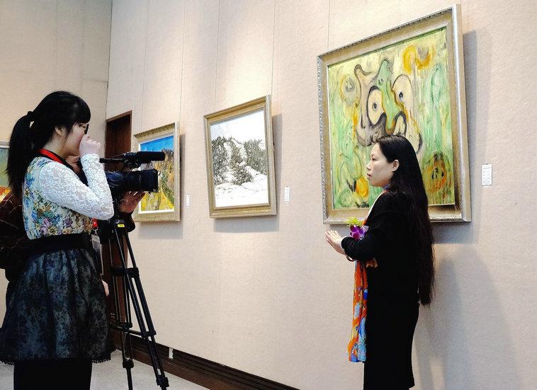 广东画院展览现场接受采访