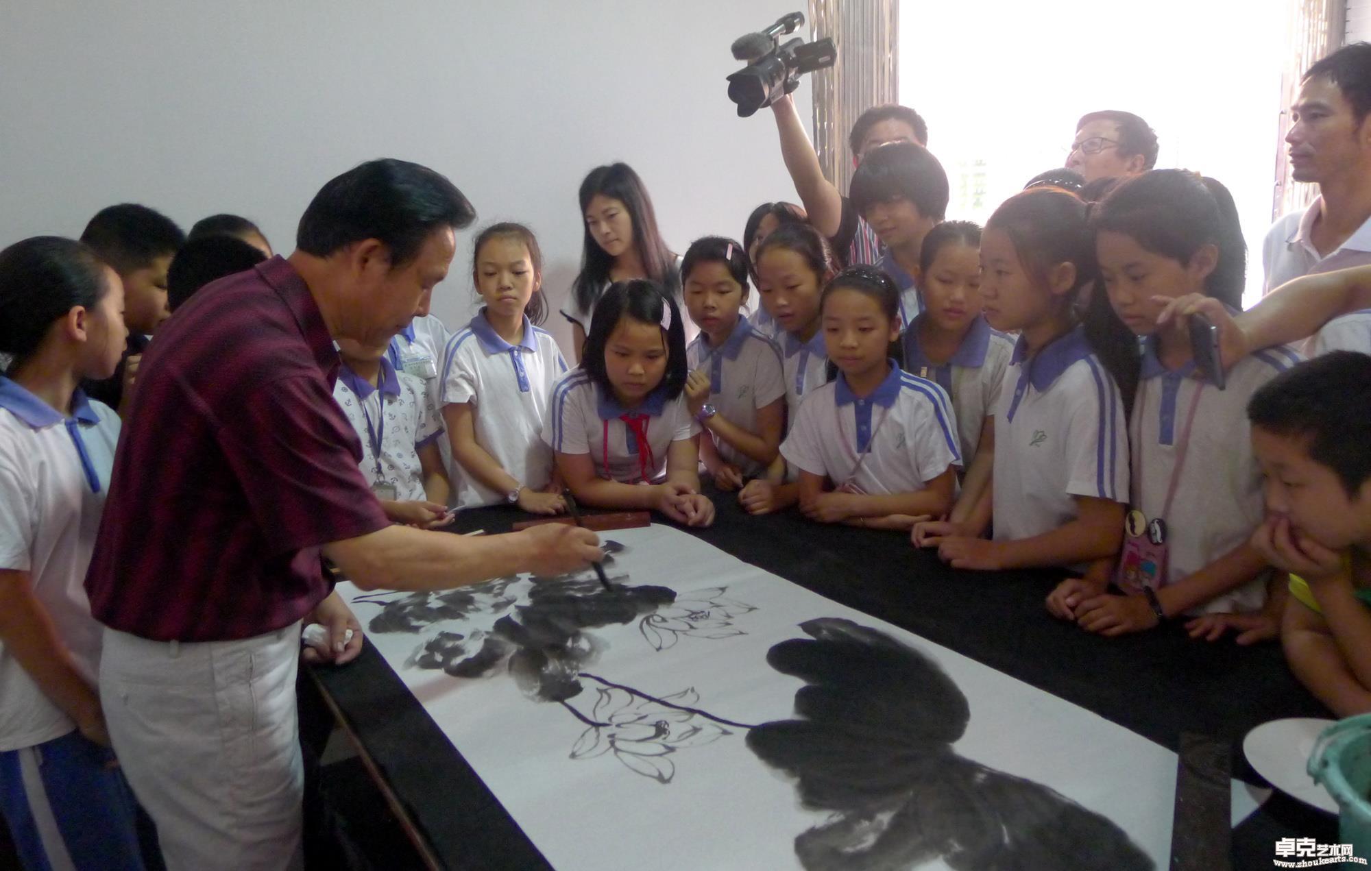 为和平中英文学校的农民工子女作中国画技法示范