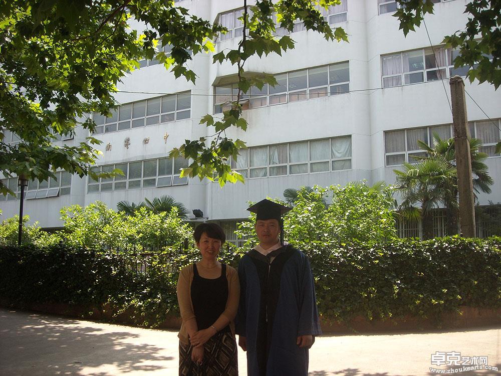 2009年硕士毕业时与恩师耿剑教授合影留念