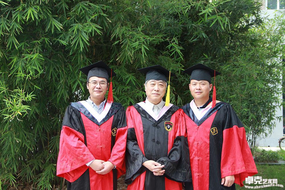 博士毕业时,与导师黄惇教授、师兄方爱龙教授合影留念