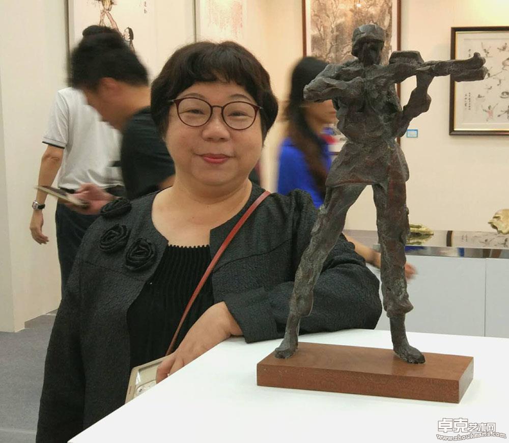 """吴雅琳在""""广东体育美展""""现场留影"""