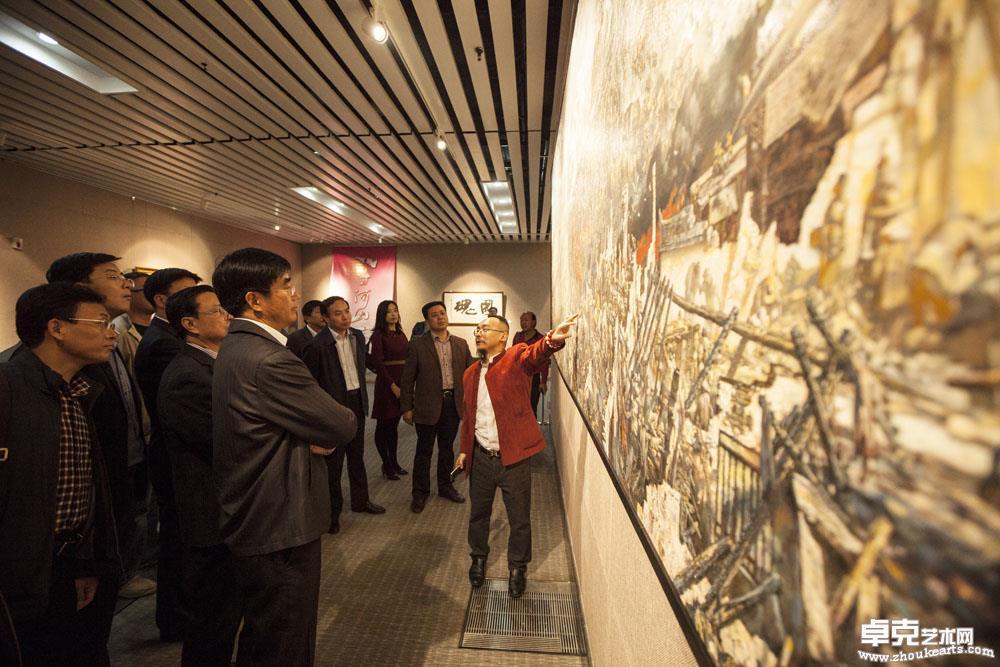纪念抗日战争七十周年,画家陈可之现场讲解巨型油画《重庆大轰炸》