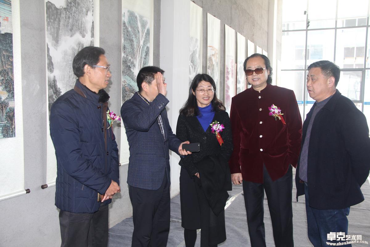 著名画家张省教授与领导艺术交流。