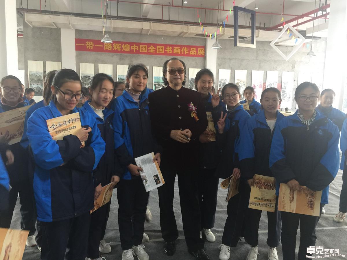 画展上著名画家张省教授与学生们留影.