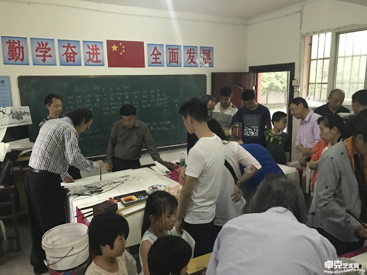 2018年5月1日艺术家们激情翰墨为东源村村民服务